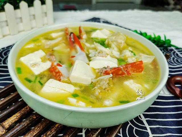 水煮螃蟹的做法,20块钱买了1只螃蟹,不舍得清蒸,煮汤味道鲜美,吃得更过瘾
