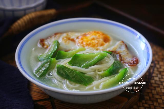 丝瓜的吃法,用丝瓜下一碗早餐面,汤浓白鲜甜,立秋后我家每天都在吃