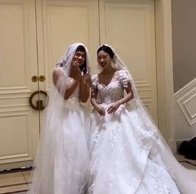 姐姐婚礼弟弟拉横幅庆祝,镜头拉进一看笑疯了网游 全球新闻风头榜 第6张