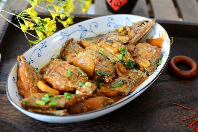 带鱼的做法,家烧带鱼怎么烧外酥里嫩,不破皮卖相好,还酸甜鲜香又入味?