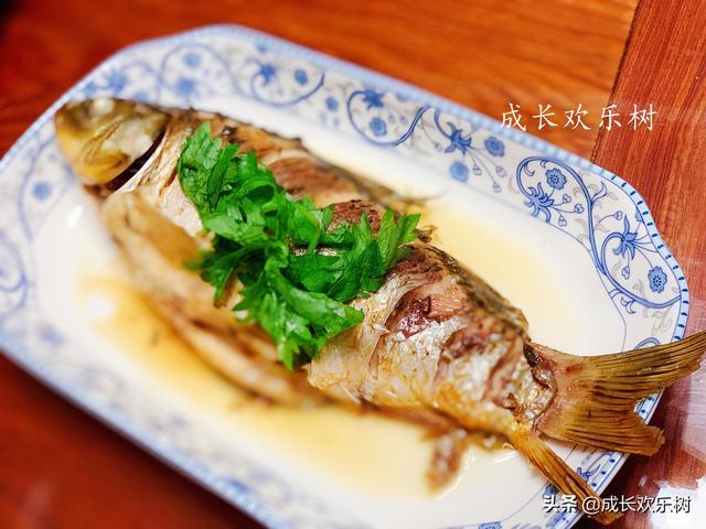 鲫鱼怎么做,我家鲫鱼不炖汤,按这个做法,10分钟出锅,鱼肉完整,鲜美无异味