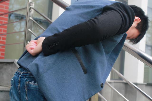 膝盖疼是怎么回事,上下楼梯时,总感觉膝盖疼痛,这是怎么回事?怎么保护膝盖?
