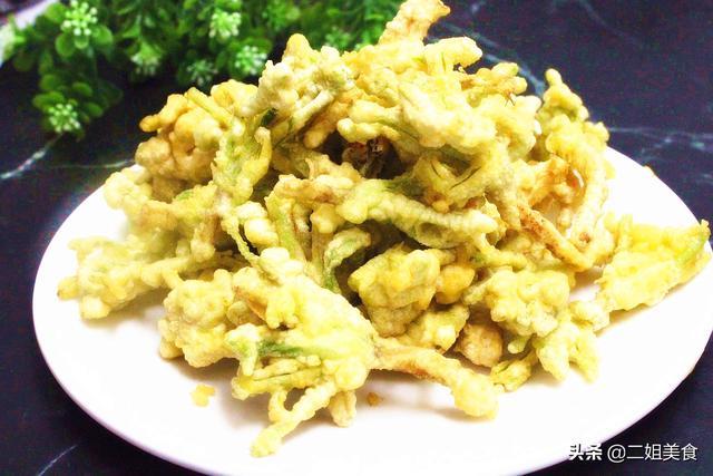 香菜的吃法,香菜根是好宝贝,扔掉可惜了,放到鸡蛋液里蘸一蘸,营养还解馋