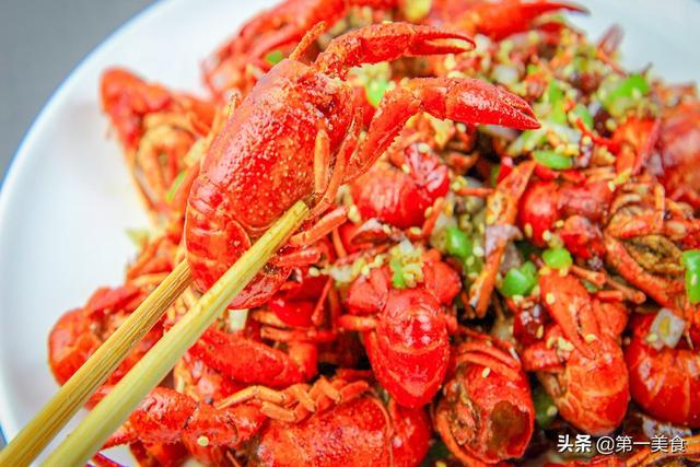 小龙虾怎么做,小龙虾这样做,不剥壳就能吃到肉,香酥可口、一口一个真得劲