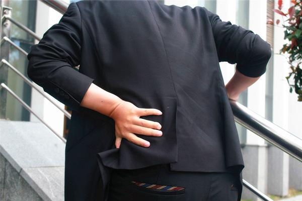 背痛的原因有哪些,为何总感觉后背疼痛?别忽视了,可能是这4种疾病,早发现早治疗