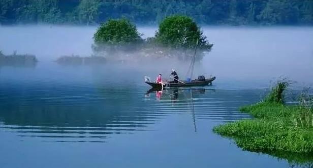 """形容青山绿水的短句子,纪晓岚诗中的富春江美景,青山绿水恍若仙境,""""翠色随人欲上船"""""""