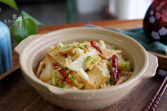 白菜炖豆腐的做法,冬天,白菜炖豆腐这样做,不用放肉就特香,天冷炖一锅,暖和下饭