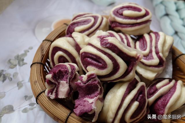 紫薯的吃法,晚餐蒸一锅紫薯双色花卷,松软香甜特别好吃,孩子们让我多做点