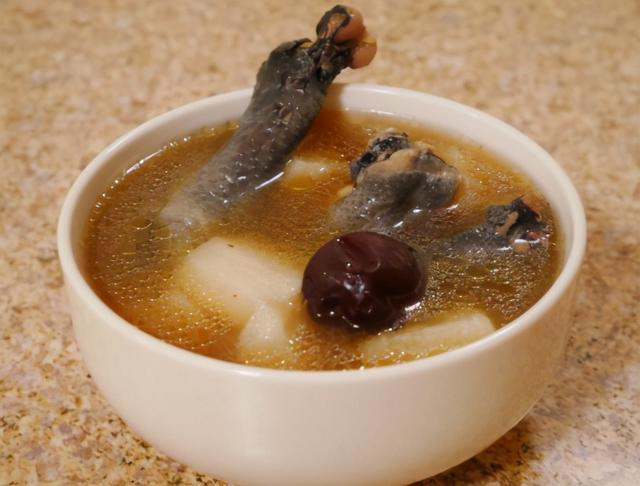 """乌鸡汤怎么炖最有营养,冬天煲鸡汤,多加""""1红1白"""",三天两头喝一次,滋补营养气色好"""