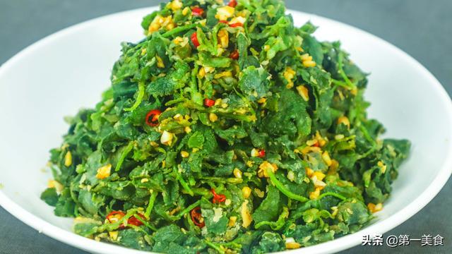 灰灰菜的吃法,饭店的蒸菜为啥好吃,看一下厨师长蒸的灰灰菜,学会了能蒸很多菜