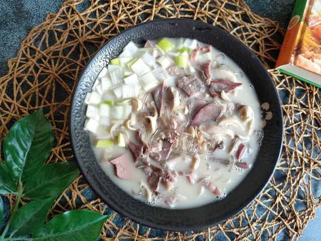 羊杂的吃法,做羊杂汤,羊杂别直接下锅煮,多加一步,汤白如奶、鲜美无膻味
