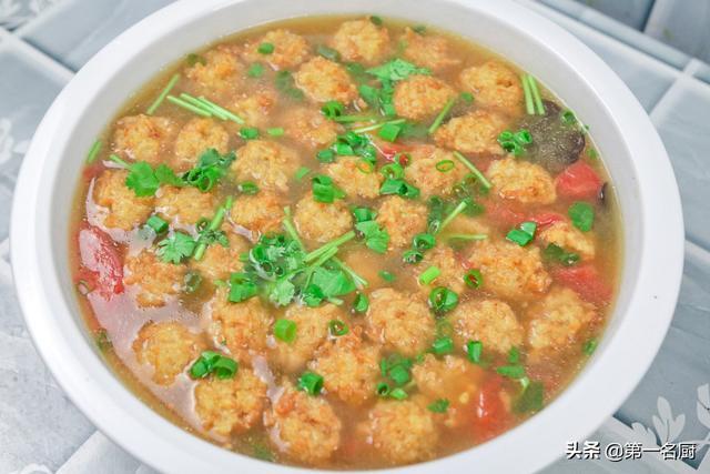 丸子汤的做法,秋天,这种丸子汤请多喝,多加一个西红柿,汤鲜味美,好喝接地气