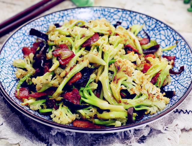 干煸菜花的做法,干煸菜花,直接炒还是先焯水?大厨:教你正确做法,菜花又香又脆