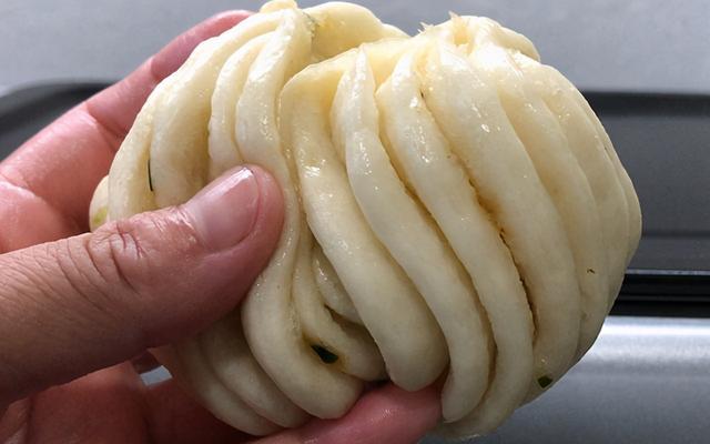 花卷的做法,假期吃得油腻,教你做银丝葱花卷,清淡咸香,一次发酵,松软多层