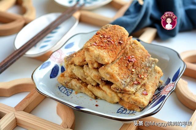 干炸带鱼的做法,团圆年饭可别少了这盘干炸带鱼,酥香鲜嫩,做法简单却大受欢迎