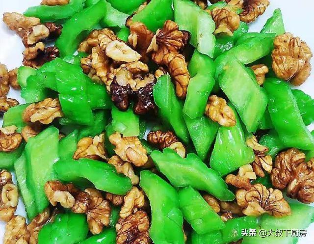桃仁的吃法,大叔家的临安菜谱:苦瓜炒桃仁,香气扑鼻,脆爽可口,家人喜欢
