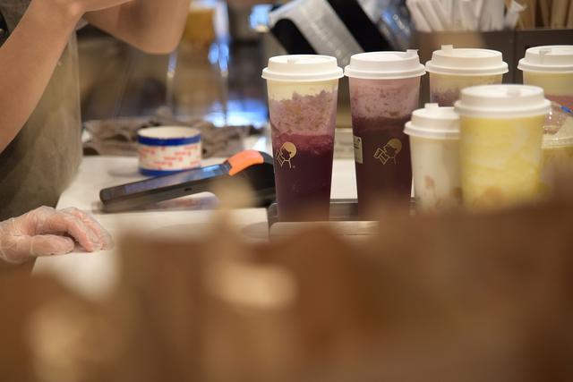 喜茶加盟费,开奶茶店是暴利生意?大牌加盟费要上百万,九成经营者惨败