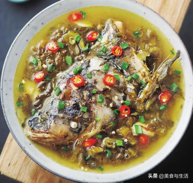 酸菜的鱼做法,这样做的酸菜鱼头汤,汤汁酸爽,鱼肉鲜嫩,用鱼汤泡饭,多吃几碗