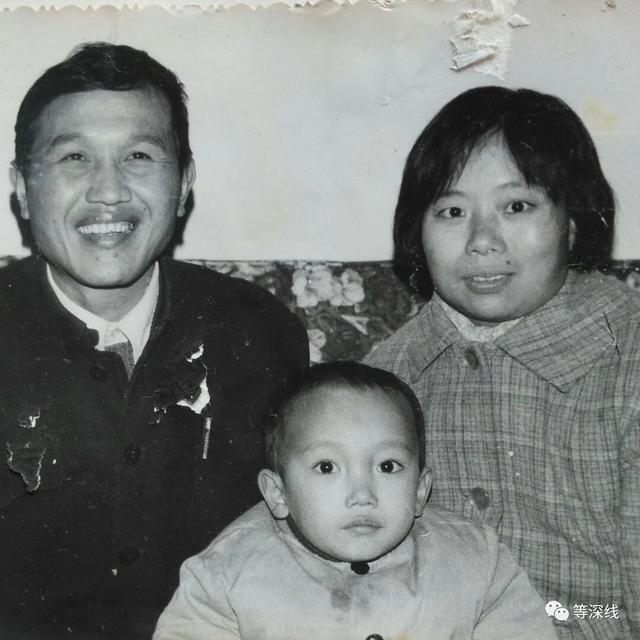 幼年的洪卫青一家三口纪念照被访者供图