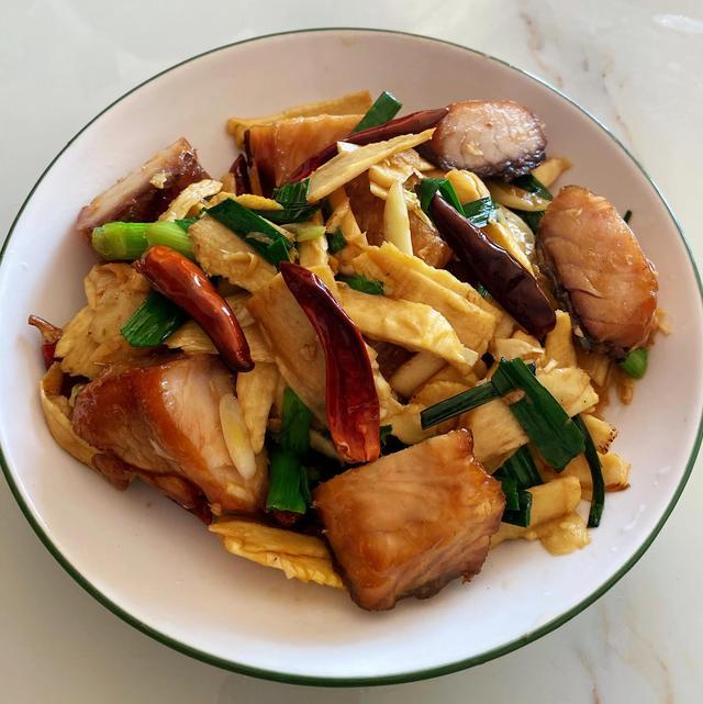 笋鱼的做法,湖南冬笋遇上湖北腊鱼,比炒腊肉还好吃,带你解锁味蕾新滋味
