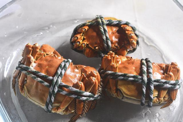 清蒸大闸蟹的做法步骤,清蒸大闸蟹,直接上锅蒸就废了,多做2步,螃蟹不掉腿不流黄
