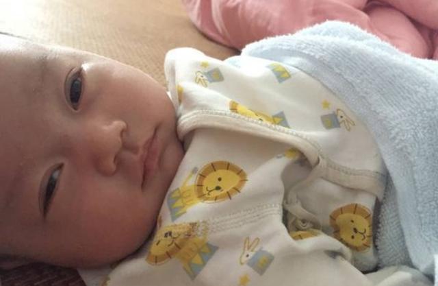 婴儿脚脚,宝宝睡醒后会有常见动作,若你家娃都占,说明大脑发育更快更好