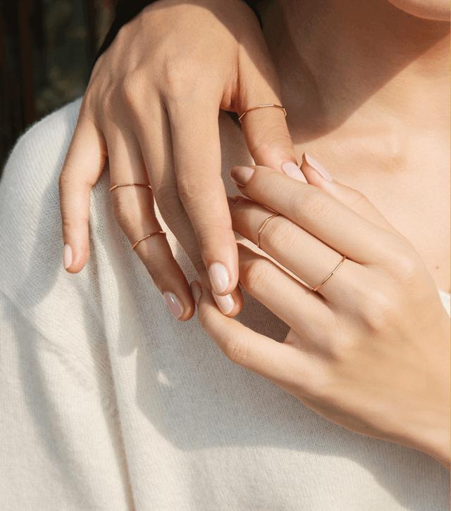 素圈戒指图片,素圈戒指不仅简约大气,还能作婚戒