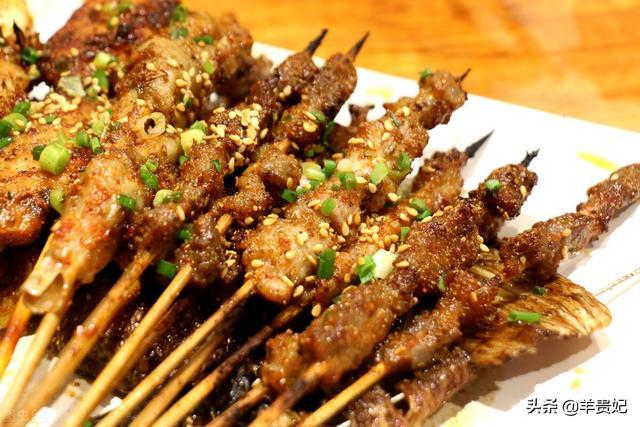 羊肉串的做法,想吃羊肉串不用去夜市,做法诀窍教你在家烤,吃着真过瘾