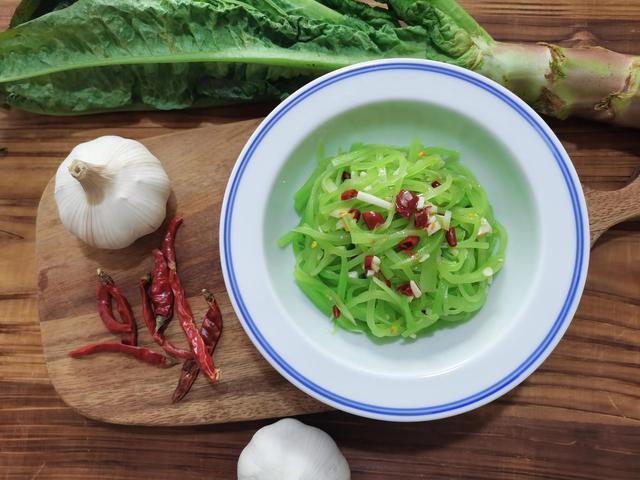 凉拌莴笋丝的做法,餐桌上的小清新【凉拌莴笋丝】