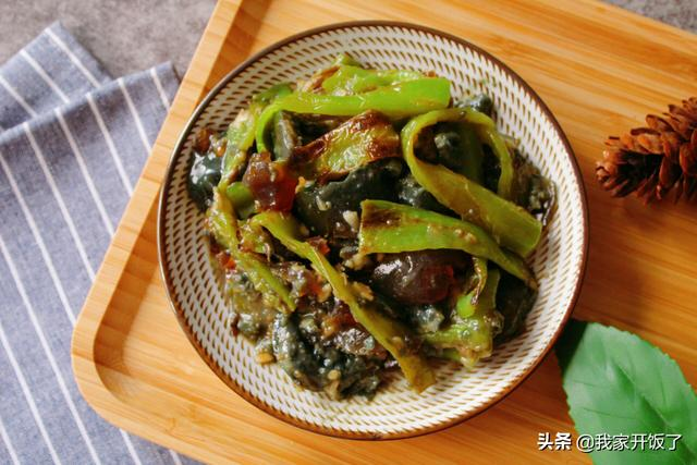 青椒皮蛋的做法,擂辣椒皮蛋的家常做法,看似黑暗料理,其实越吃越上瘾,一学就会