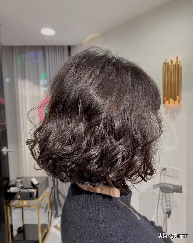 怎么做头发,2021发型别乱剪,烫发就选卷卷烫,效果洋气又时尚