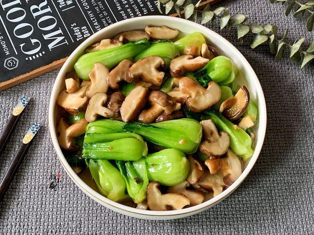 香菇油菜的家常做法,香菇和它是天生一对,多做给家人吃,简单一炒,比吃肉还营养