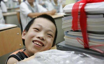袖珍男孩陈彬走了 全球新闻风头榜 第1张