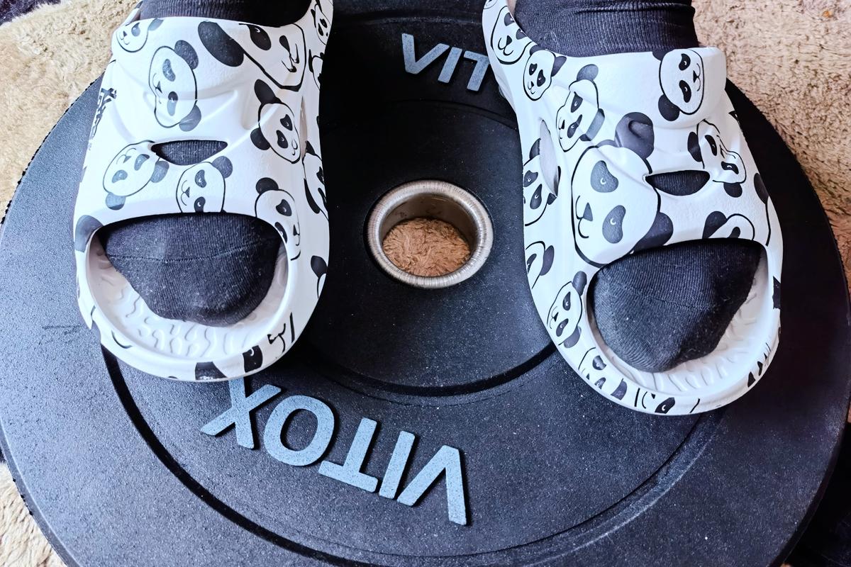 高颜值的足底舒缓神器,咕咚舒缓运动拖鞋熊猫款