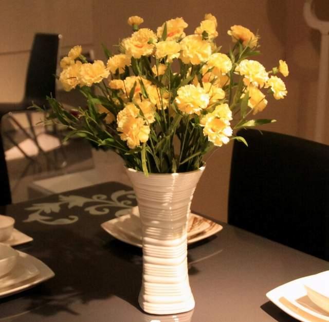 餐厅黄康乃馨