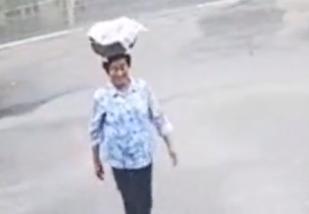 吉林大娘冒雨头顶一盆粽子送给民警 送给派出所的干儿子们
