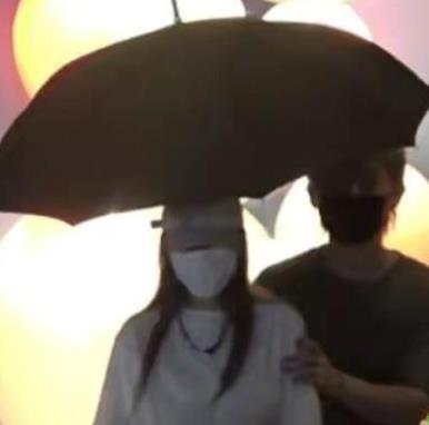 周扬青疑有新恋情!与男子雨中撑伞相依 罗志祥这下彻底没机会了