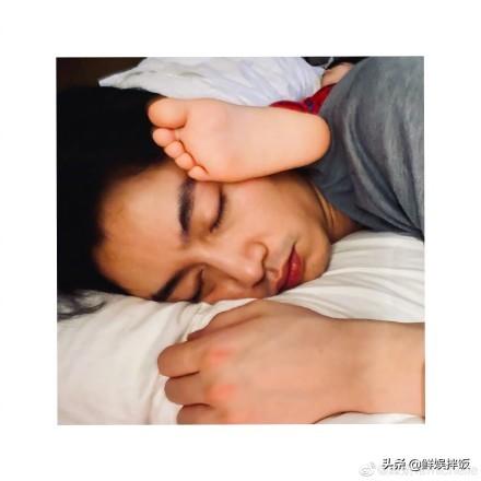 陈妍希晒父子熟睡照为陈晓庆生 小星星的脚伸到父亲脸上,画面超温馨