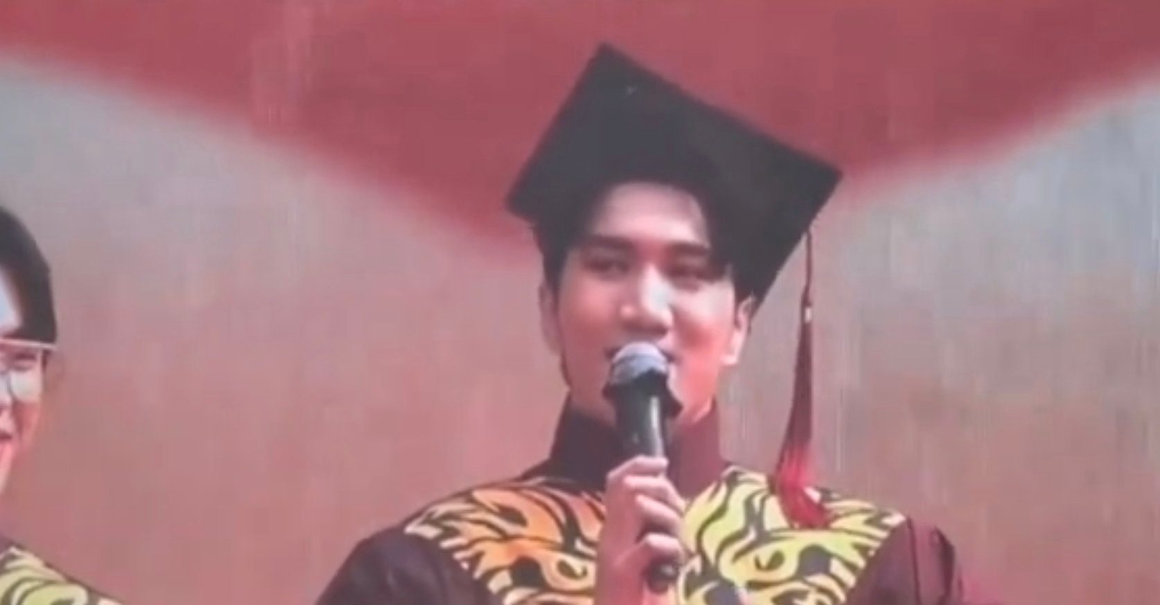 韩美娟拍毕业照的表情管理太绝了 不愧是创造营出来的学员