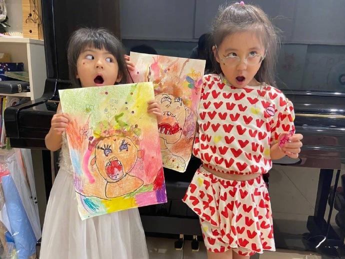 贾静雯晒俩女儿自画像 龇牙咧嘴画风独特,搞笑女孩?