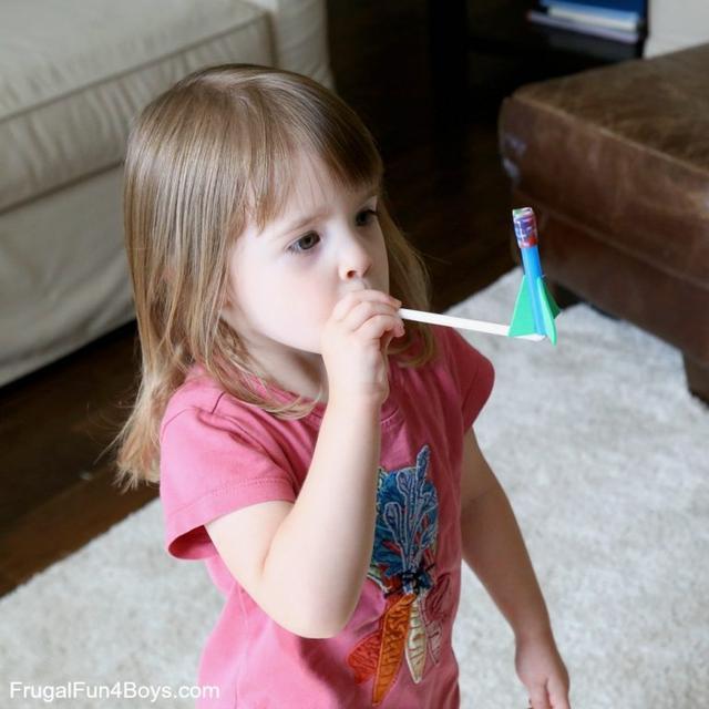 飞天火箭的玩具:家庭手工课之简单自制玩具,培养小宇航员,从制作飞天小火箭开始
