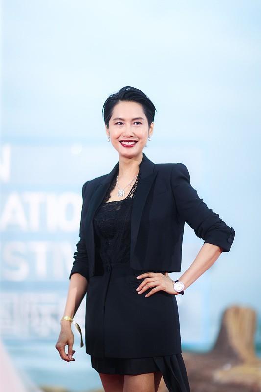 林青霞固然大了朱茵16岁,但穿上优雅的短裙,显得年轻很多4588 作者:admin 帖子ID:21634