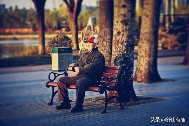 一位70岁老人感慨,人上了年纪,还是这两人最靠谱,儿女靠边站