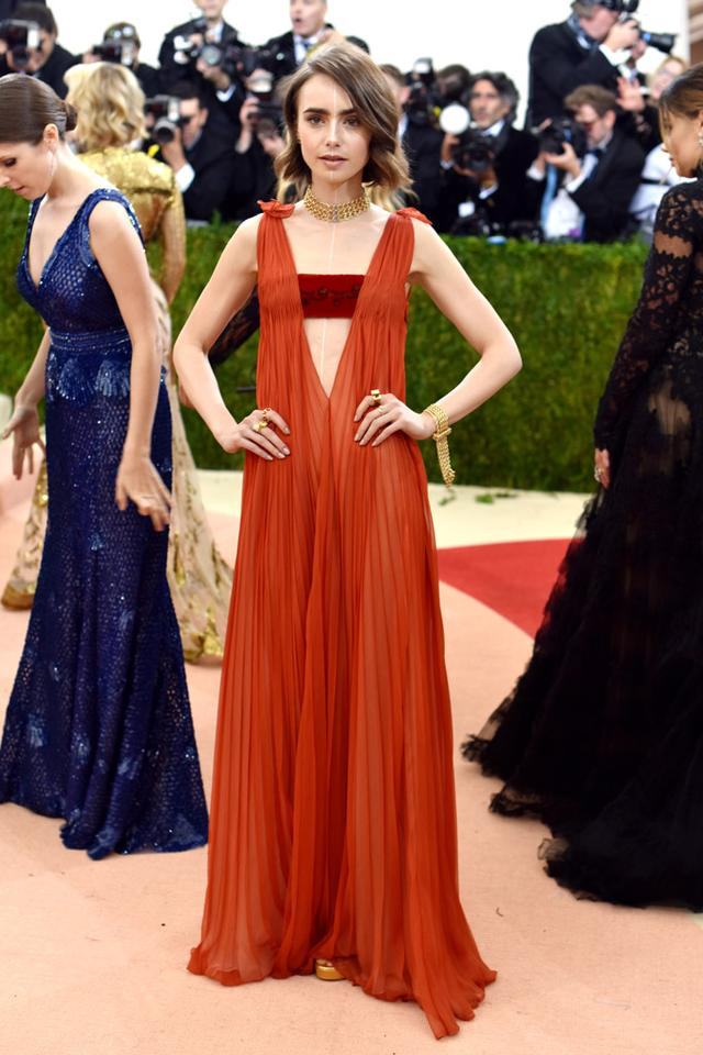 风光嫁人时尚依旧?小赫本莉莉回归《艾米丽在巴黎》第二季  第6张