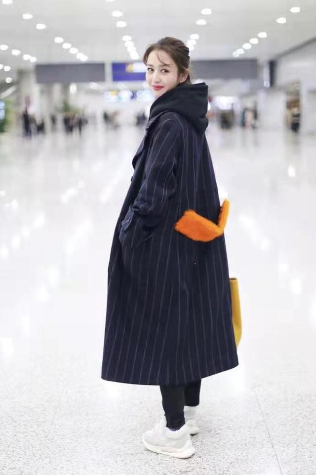 """佟丽娅短发好美,烫""""大妈卷""""也不显老气,穿深色大衣仍有少女感2158 作者:admin 帖子ID:23447"""