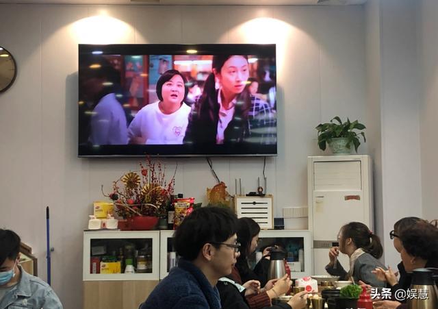 """《你好,李焕英》高清版悄然在餐馆""""上映"""",免费观观看成揽客利器"""