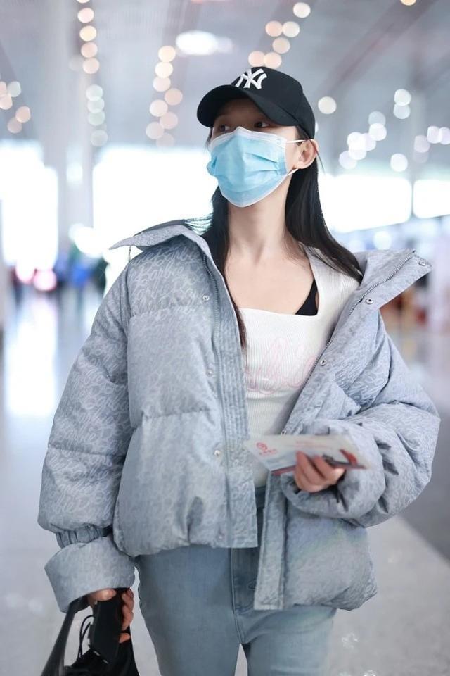 """林允是冷还是热,穿羽绒服也要""""露半肩"""",造型倒是时髦感十足"""