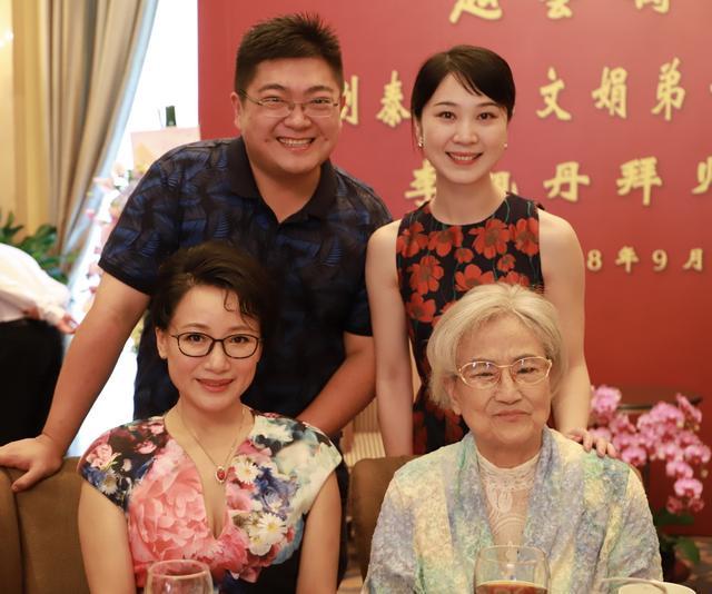 王悦阳忆王文娟:艺术上大江大河,生活中很潮的奶奶