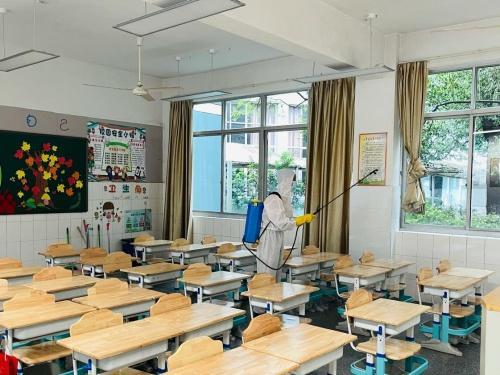 碧海学校积极开展台风后校园整理工作