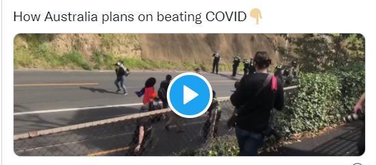 引发争议!澳大利亚一七旬老妇在抗议封锁政策时被警察一把推倒,还被喷胡椒喷雾